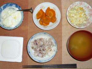 胚芽押麦入り五穀米,納豆,人参の煮物,コールスロー,ワカメのおみそ汁,オリゴ糖入りヨーグルト
