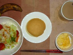 パンケーキ,サラダ(キャベツ、レタス、人参、トマト)おろし醤油・オリーブオイル,蒸し卵,バナナ,コーヒー