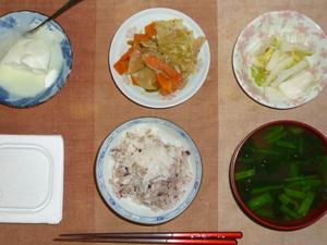 胚芽押麦入り五穀米,納豆,肉野菜炒め,白菜の漬物,ほうれん草のおみそ汁,オリゴ糖入りヨーグルト
