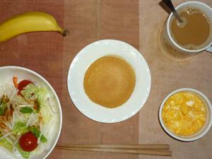 パンケーキ,サラダ(キャベツ、レタス、大根、トマト)おろし醤油・オリーブオイル,玉子とマッシュポテトのココット,バナナ,コーヒー