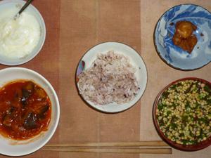 胚芽押麦入り五穀米,鶏の唐揚げ,茄子のトマトソース煮込み,納豆汁,オリゴ糖入りヨーグルト