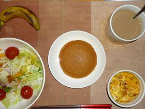 塩キャラメルパンケーキ,サラダ(キャベツ、レタス、大根、トマト)おろし醤油・オリーブオイル,フライドオニオン入りスクランブルエッグ,バナナ,コーヒー