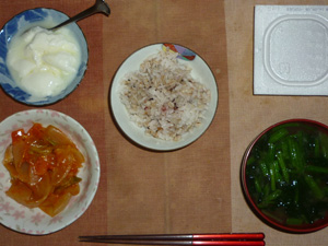 胚芽押麦入り五穀米,納豆,トマトの肉野菜煮込みガーリック風味,ほうれん草とワカメのおみそ汁,オリゴ糖入りヨーグルト