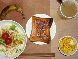イチゴジャムトースト,サラダ(キャベツ、大根、水菜、トマト)おろし醤油・オリーブオイル,フライドオニオン入りスクランブルエッグ,バナナ,コーヒー