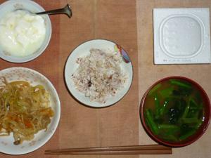 胚芽押麦入り五穀米,納豆,肉野菜きのこ炒め,ほうれん草とワカメのおみそ汁,オリゴ糖入りヨーグルト