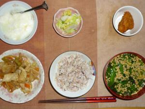 胚芽押麦入り五穀米,肉野菜炒め,鶏の唐揚げ,白菜の漬物,納豆汁,オリゴ糖入りヨーグルト