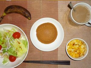 塩キャラメルパンケーキ,サラダ(キャベツ、レタス、大根、トマト)青紫蘇・オリーブオイル,フライドオニオン入りスクランブルエッグ,バナナ,コーヒー