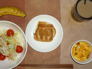 アップルパイ,サラダ(キャベツ、レタス、大根、トマト)青紫蘇・オリーブオイル,フライドオニオン入りスクランブルエッグ,バナナ,コーヒー