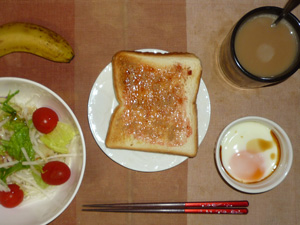 イチゴジャムトースト,サラダ(キャベツ、水菜、大根、トマト)青紫蘇・オリーブオイル,目玉焼き,バナナ,コーヒー