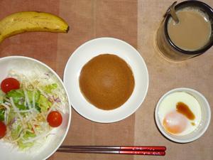 塩キャラメルパンケーキ,サラダ(キャベツ、レタス、大根、トマト)おろし醤油・オリーブオイル,目玉焼き,バナナ,コーヒー