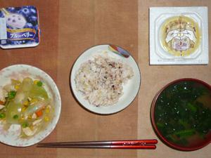 胚芽押麦入り五穀米,納豆,玉葱とミックスベジタブルのソテー,ほうれん草のおみそ汁,ヨーグルト