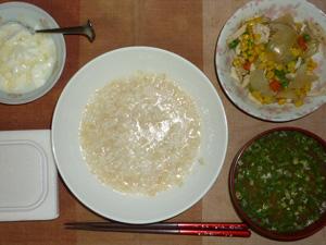 玄米粥,納豆,玉葱とミックスベジタブルの炒め物,分葱とほうれん草のおみそ汁,オリゴ糖入りヨーグルト