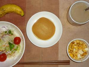 どら焼き(あんこ・バター),サラダ(キャベツ、レタス、大根、トマト)青紫蘇・オリーブオイル,フライドオニオン入りスクランブルエッグ,バナナ,コーヒー
