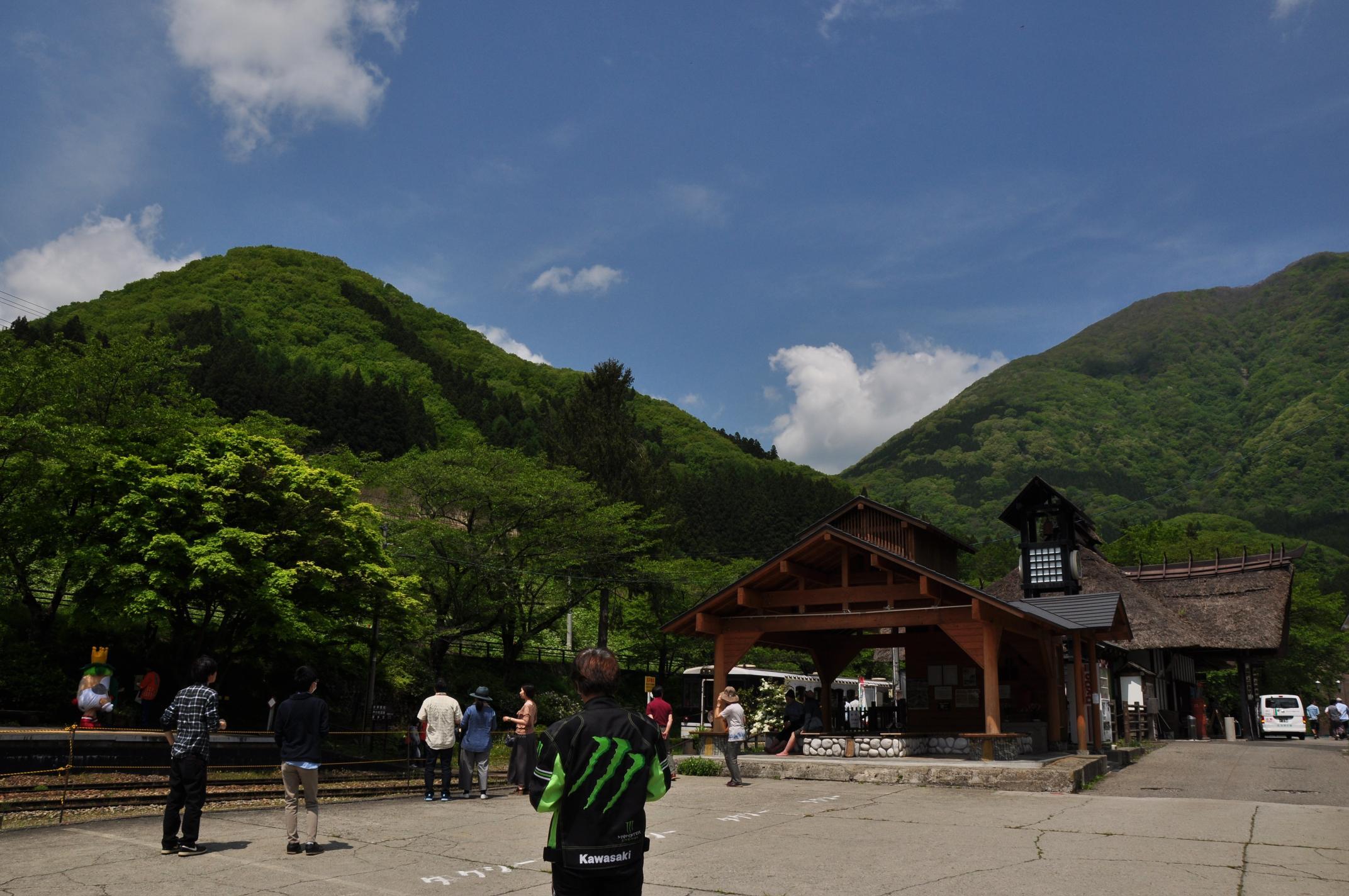 160514_山と駅舎と