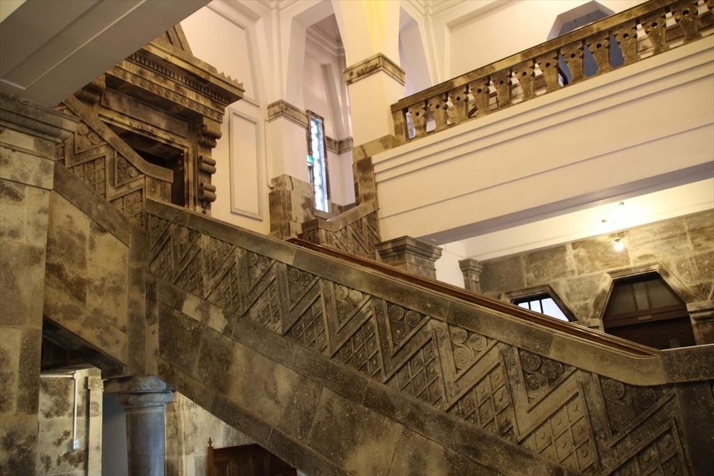階段の手すりも見事だ_2