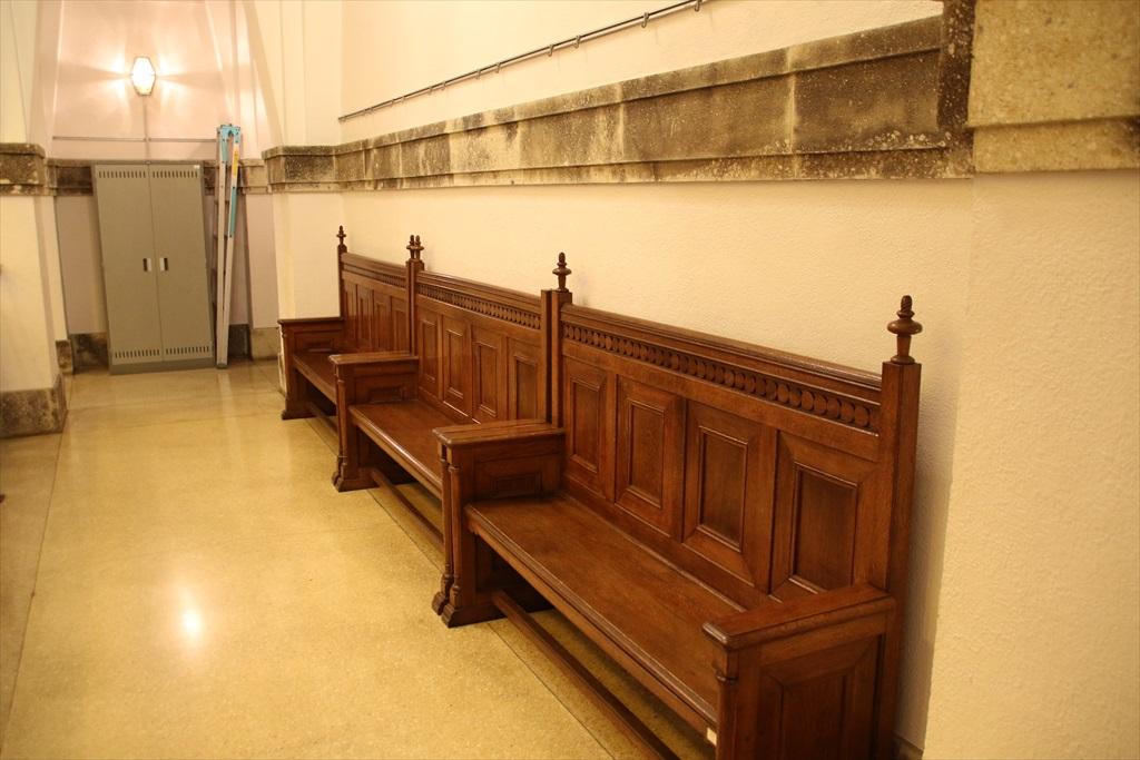 廊下通路にも立派なベンチが