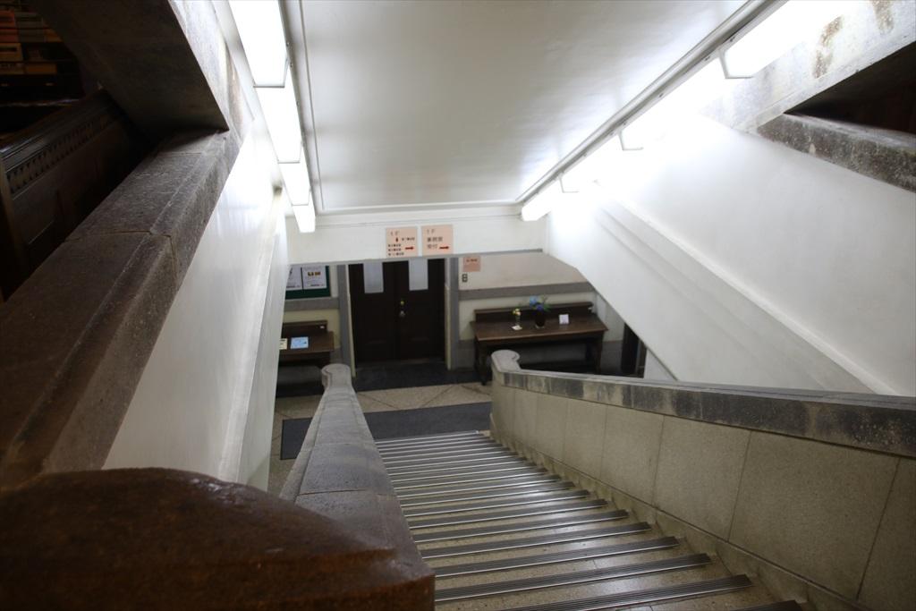 地下階へ通じる階段
