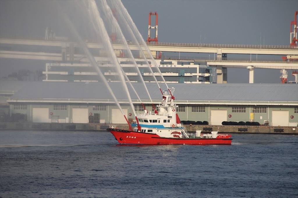 消防艇による見送りの放水_2