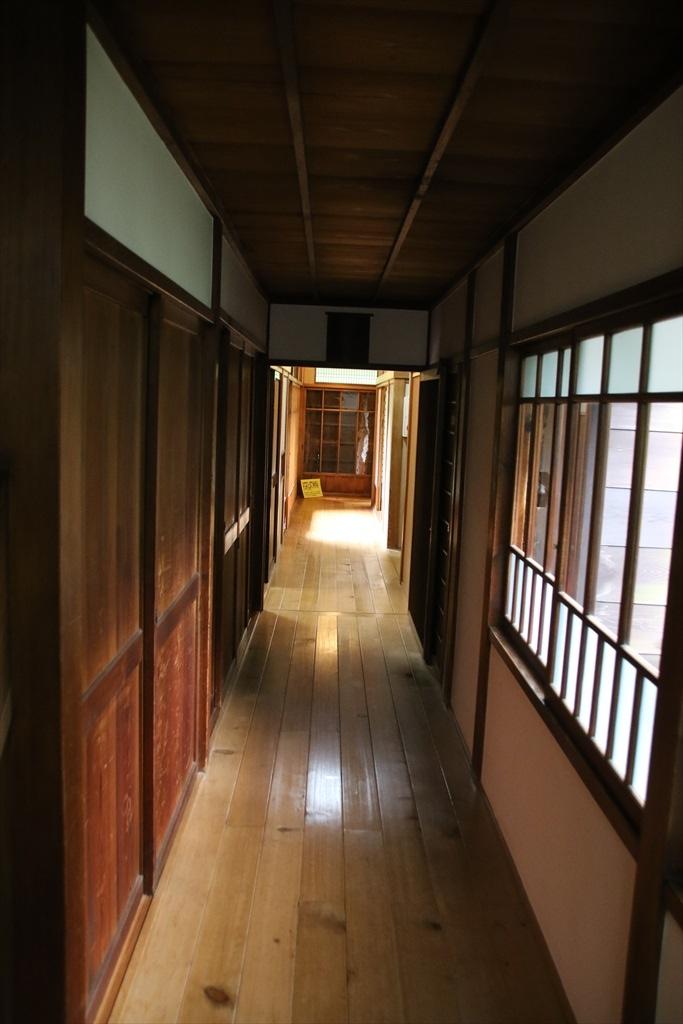 廊下と見えている中庭_1