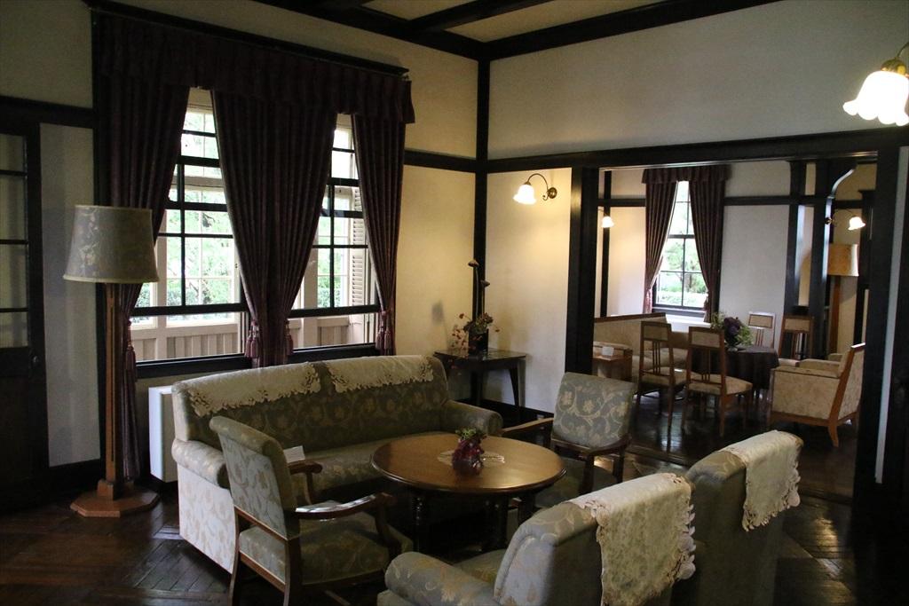応接室として使われた大客間と、寛げる雰囲気の小客間_1