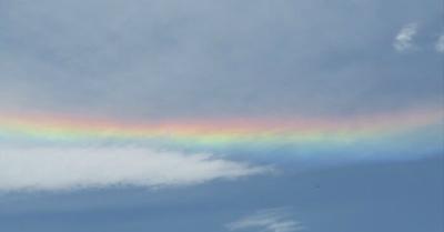 《休日の空に出現!横にかかる虹》