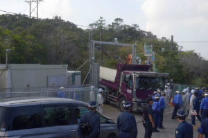 CoLZZoBUEAArdDq高江、大型トラックが砂利を搬入