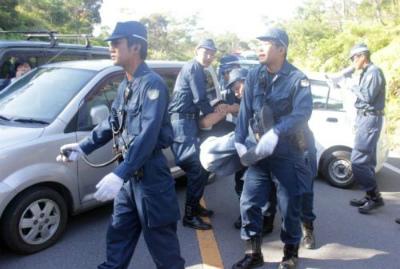 CrKSuRAVMAASi高江、市民ら県道封鎖で抵抗