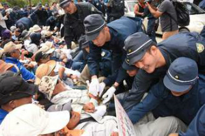 img_b30a47b625座り込む市民を強制排除する機動隊員