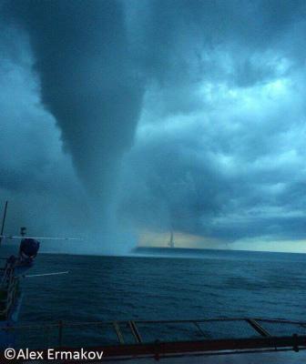 14354913_18729黒海上の水柱竜巻