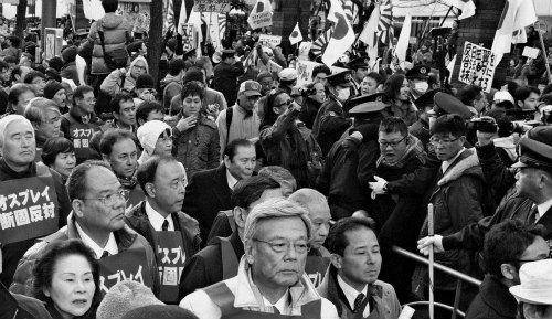 沖縄のデモ行進に、「売国奴」「日本から出ていけ」などの罵声