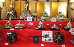⑬ひなの里・日本一大きい壱番親王と三人官女