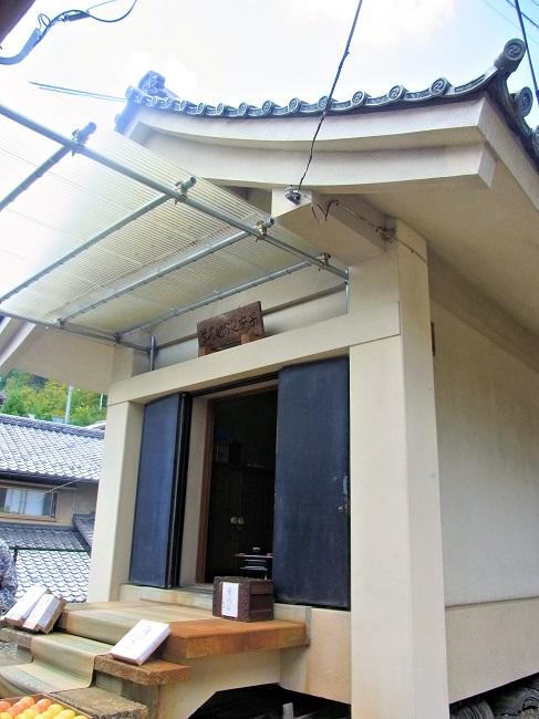 地蔵菩薩像が祀られる収蔵庫