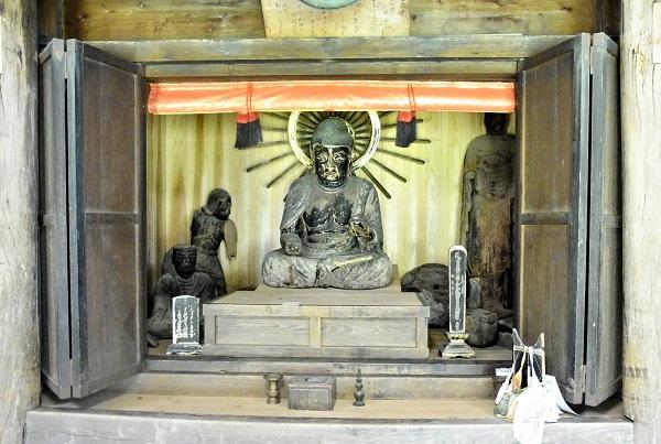 厨子内に祀られる諸像の姿