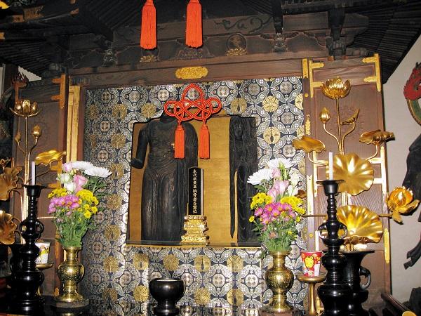本堂厨子内に祀られる、地蔵・釈迦像