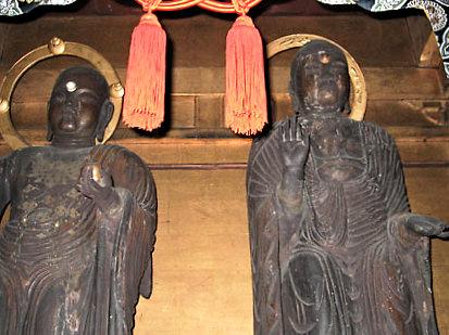 並んで安置される福田寺・地蔵菩薩像(左)、釈迦如来像(右)