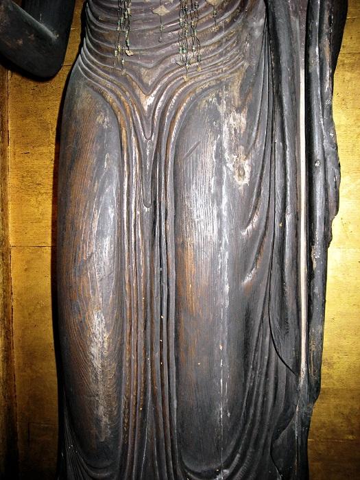 Y字状の衣文の福田寺・地蔵菩薩像の脚部