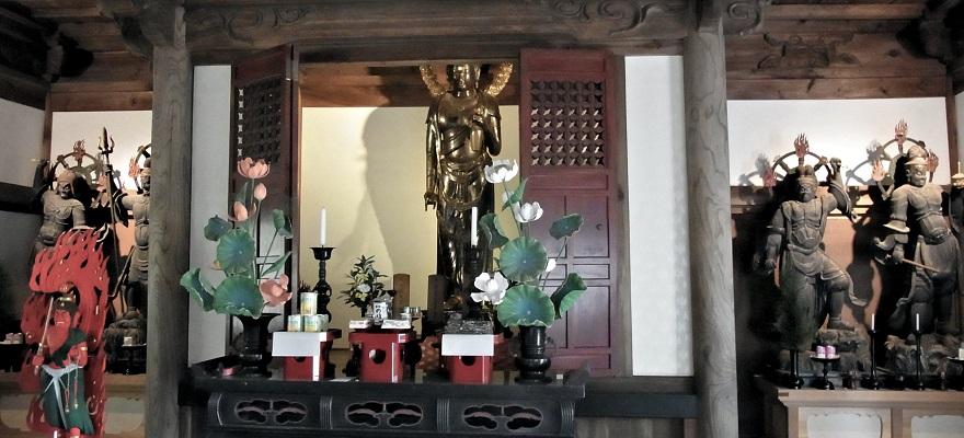 安祥寺本堂内厨子の両脇に安置される四天王像