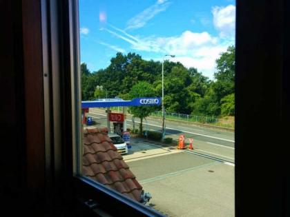 窓からガソリンスタンド