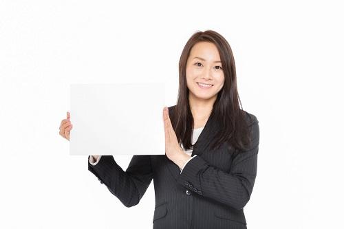 エクスペディア最低価格保証を説明する女性