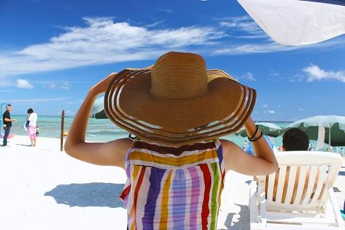 沖縄の海と麦わら帽子