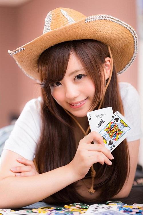 複数枚のカードを持つ女性