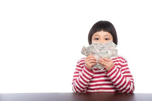 キャンペーン条件クリアで現金を手にする少女