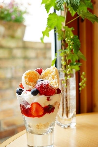 【パティスリーシイヤ】日高産フロマージュブランとフリュイルージュのパフェ