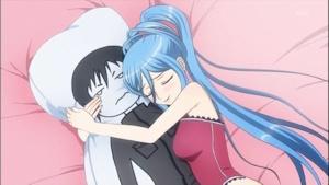 群像抱き枕を抱きしめるタカオ