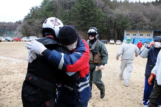 被災者と抱き合うアメリカ海軍の航空隊員(2011年3月15日、岩手県釜石市)