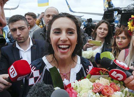 欧州音楽祭「ユーロビジョン」で優勝した後、ウクライナの首都キエフの空港に到着した歌手ジャマラさん=15日(EPA=時事