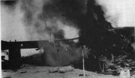 爆破直後の状況、列車の残骸から黒煙が上がっている