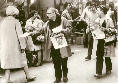 毛沢東主義(マオイズム)の政治新聞を配り歩くサルトル