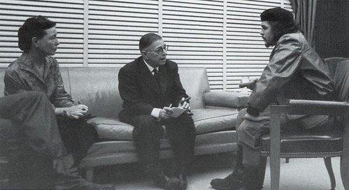 キューバを訪問し、ボーヴォワールと共にチェ・ゲバラと会談するサルトル(1960年)