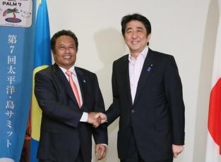 レメンゲサウ・パラオ大統領と握手を交わす安倍総理大臣 2015年5月22日